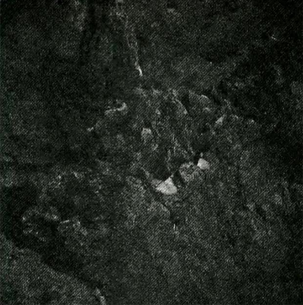 Image brute provenant de la caméra 6 de CIVA ; prise le 13 novembre 2014 quasiment dans l'obscurité. Le niveau de luminosité a été très fortement poussé. Crédits : ESA/Rosetta/Philae/CIVA.