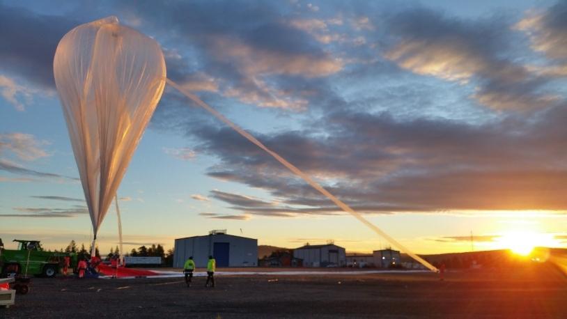 Gonflage du ballon auxiliaire qui va porter la charge utile. Kiruna, août 2021