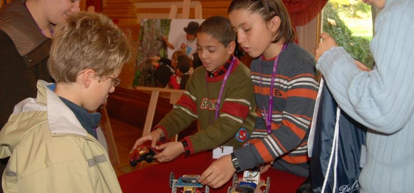 Les jeunes retrouvent les petite voitures autotractées qu'ils ont fabriquées pendant les ateliers d'Espace dans ma Ville. Crédits : CNES.