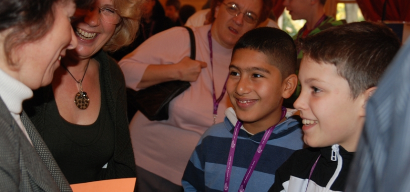 Avec générosité Fadela Amara a salué chacun des jeunes présents. Crédits : CNES.