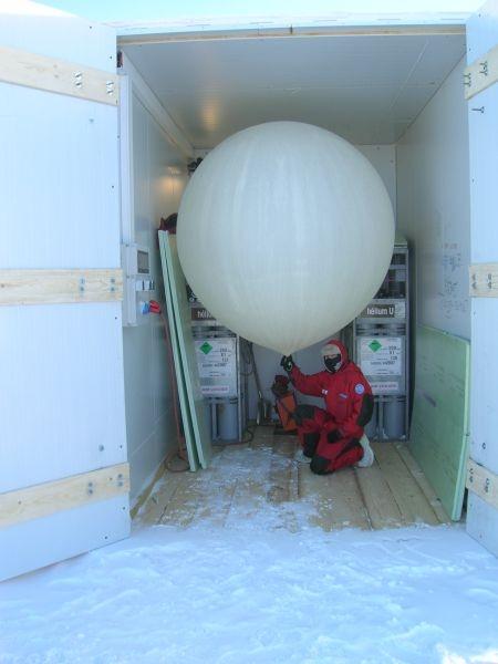 Préparation d'un lâcher de radiosonde à ozone à Concordia pour le programme Concordiasi. Crédits : DC4 - IPEV.