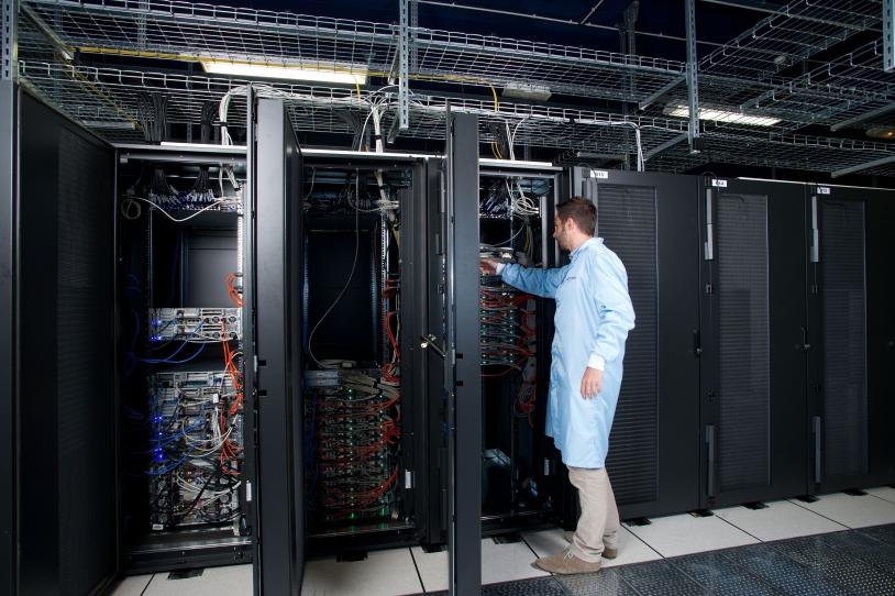 Les ordinateurs du CNES vont devoir effectuer 6 000 milliards d'opérations par seconde pendant 7 ans ! La masse de données à traiter est colossale : 1 million de milliard d'octets, l'équivalent de 200 000 DVD. Crédits : CNES/Emmanuel GRIMAU...